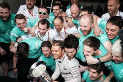 1. Nico Rosberg, Mercedes AMG F1 Team, feiert mit dem Team