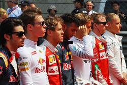 Daniil Kvyat, Red Bull Racing et Sebastian Vettel, Ferrari sur la grille lors de l'hymne national