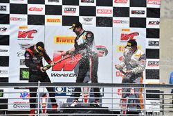 Podio GTA: ganador Martin Fuentes, Scuderia Corsa, segundo lugar Michael Schein, Wright Motorsports,