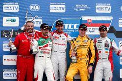 Podio: segundo lugar a Nicky Catsburg, Rosneft de deporte de LADA, Lada Vesta; Ganador José María Ló
