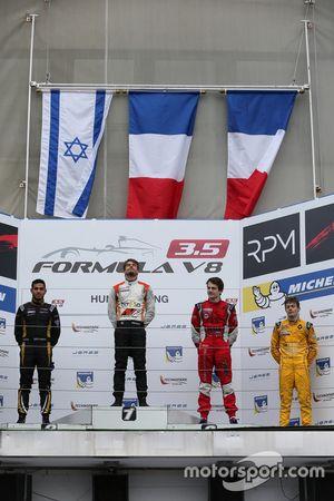 Podium: tweede Roy Nissany, Lotus; Winnaar Tom Dillmann, AVF; derde Aurélien Panis, Arden Motorsport