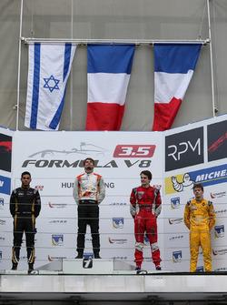Podium : le deuxième, Roy Nissany, Lotus; le vainqueur Tom Dillmann, AVF; le troisième, Aurélien Panis, Arden Motorsport et Louis Deletraz, Fortec Motorsports