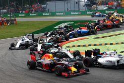 Daniel Ricciardo, Red Bull Racing RB12 y Lewis Hamilton, Mercedes AMG F1 W07 Hybrid al inicio de la