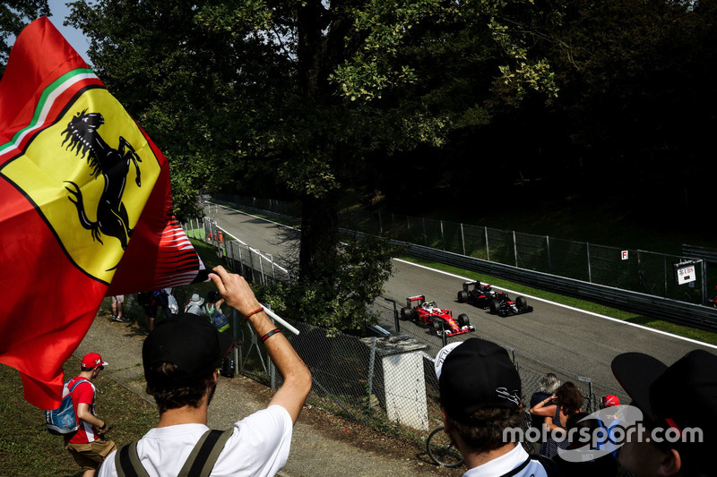 Kimi Raikkonen, Ferrari SF16-H y Fernando Alonso, McLaren MP4-31