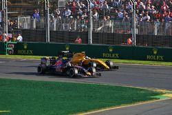 Jolyon Palmer, Renault Sport F1 Team R.S.16 et Carlos Sainz Jr., Scuderia Toro Rosso STR11
