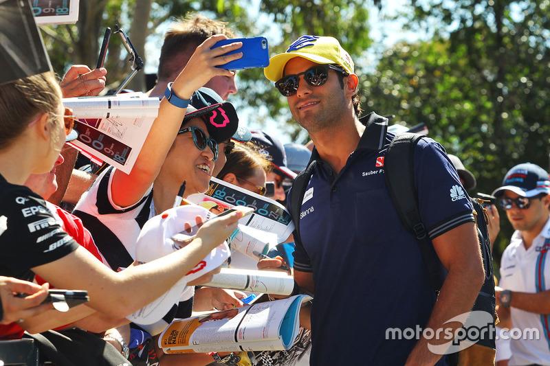 Felipe Nasr, Sauber signs autographs for the fans