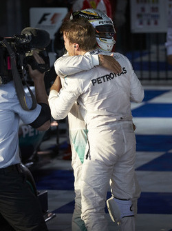 Le vainqueur Nico Rosberg, Mercedes AMG F1 Team, et le deuxième Lewis Hamilton, Mercedes AMG F1 Team dans le parc fermé