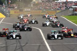 Start action: Lewis Hamilton, Mercedes AMG F1 W07 Hybrid leads Daniel Ricciardo, Red Bull Racing RB1