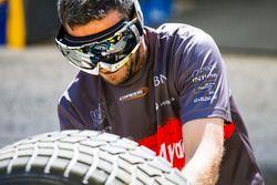 Un mécanicien Campos Racing