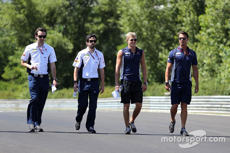 Marcus Ericsson, Sauber F1 Team walks the circuit with the team