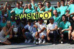Lewis Hamilton, Mercedes AMG F1 W07 fête sa victoire avec son équipe