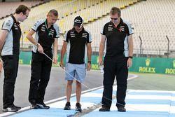 Sergio Perez, Sahara Force India F1 lors de la reconnaissance du circuit avec son équipe