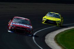 Jimmie Johnson, Hendrick Motorsports Chevrolet, Matt Kenseth, Joe Gibbs Racing Toyota