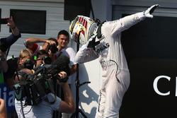 Le vainqueur Lewis Hamilton, Mercedes AMG F1 dans le Parc Fermé
