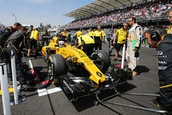 Kevin Magnussen, Renault Sport F1 Team RS16 op de grid