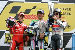 Podio: segundo lugar Cases Stoner, Ducati; ganador Valentino Rossi, Yamaha y tercer lugar Nicky Hayd