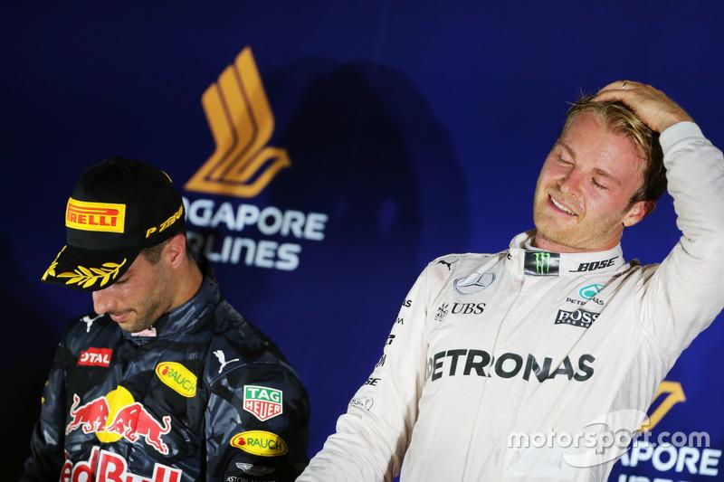 Il vincitore della gara Nico Rosberg, Mercedes AMG F1 (a dx) festeggia sul podio con il secondo classificato Daniel Ricciardo, Red Bull Racing