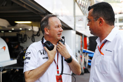 Jonathan Neale, McLaren et Eric Boullier, directeur de la compétition McLaren dans les stands