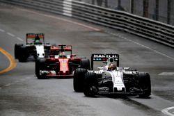 Felipe Massa, Williams FW38, devant Sebastian Vettel, Ferrari SF16-H, et Nico Hulkenberg, Force India VJM09