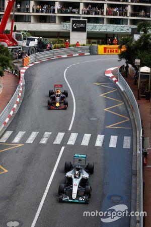 Lewis Hamilton, Mercedes AMG F1 W07 Hybrid lidera a Daniel Ricciardo, Red Bull Racing RB12