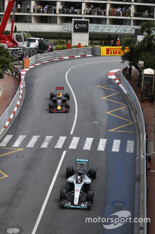 Lewis Hamilton, Mercedes AMG F1 W07 Hybrid, und Daniel Ricciardo, Red Bull Racing RB12