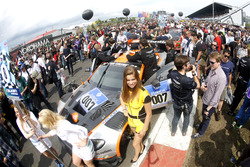 Gridgirl van #7 Aston Martin Racing, Aston Martin GT3 Vantage: Nicki Thiim, Darren Turner, Marco Sor