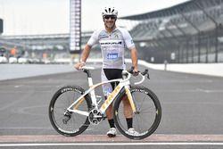 Tony Kanaan monta su bicicleta en el Indianapolis Motor Speedway
