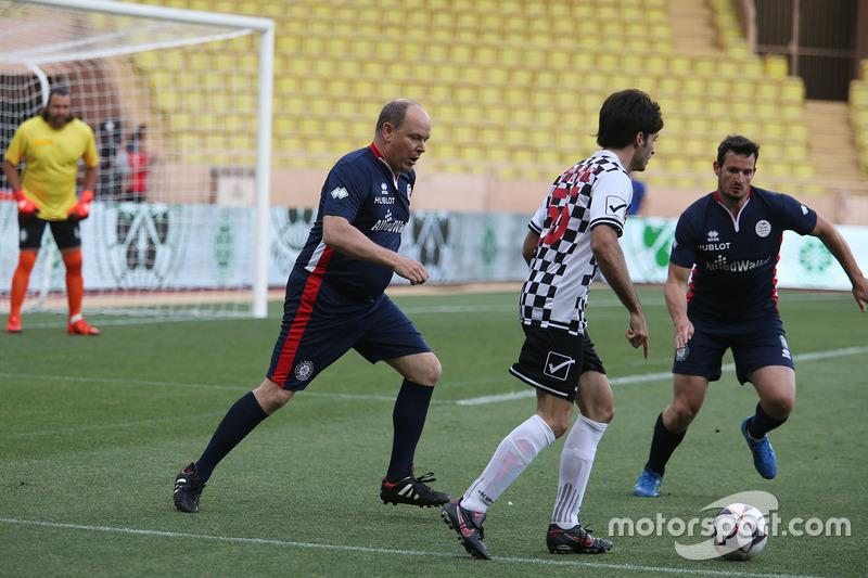 HSH Príncipe Alberto de Mónaco y Carlos Sainz Jr., Scuderia Toro Ross en un partido de futbol de caridad