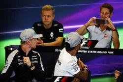 Romain Grosjean, Haas F1 Team photographie Nico Hulkenberg, Sahara Force India F1 et Lewis Hamilton, Mercedes AMG F1 lors de la conférence de presse de la FIA