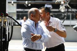 Eric Boullier, Direttore corse McLaren, McLaren, parla con Ron Dennis, Presidente esecutivo, McLaren