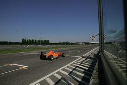 El ganador de carrera 1 Mauricio Baiz, Mucke Motorsport toma la bandera a cuadros