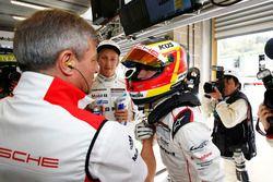 LMP1-Polesitter Timo Bernhard, Porsche Team, und Fritz Enzinger, LMP1-Leiter, Porsche Team