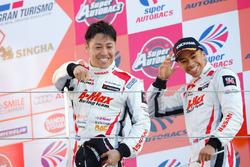 Podium GT300: Sieger Kazuki Hoshino und Jann Mardenborough, Nddp Racing