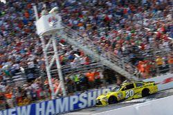 Matt Kenseth, Joe Gibbs Racing Toyota passe sous le drapeau à damiers