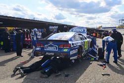 Des mécaniciens travaillent sur la voiture accidentée Jimmie Johnson, Hendrick Motorsports Chevrolet