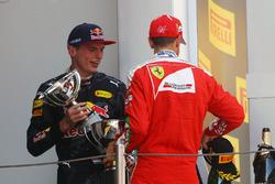 Le vainqueur Max Verstappen, Red Bull Racing fête sa victoire sur le podium avec le troisième, Sebastian Vettel, Ferrari