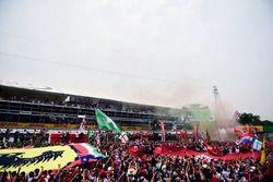 El podio: segundo lugar Lewis Hamilton, Mercedes AMG F1; Ganador de la carrera Nico Rosberg, Mercede