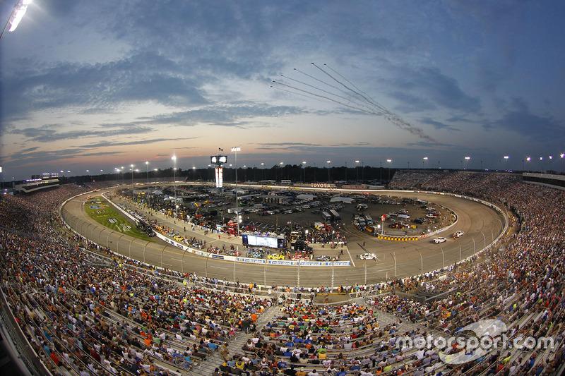 Le soleil se couche sur le Richmond International Raceway