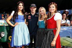 Max Verstappen, Red Bull Racing avec les Formula Una Girls