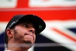 Ganador de la carrera Lewis Hamilton, Mercedes AMG F1 en el podio