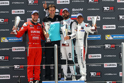 Podio: ganador de la carrera Stefano Comini, Leopard Racing, Volkswagen Golf GTI TCR; segundo lugar
