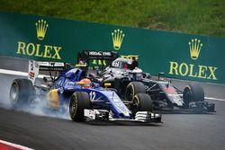 Felipe Nasr, Sauber C35 et Jenson Button, McLaren MP4-31 en lutte pour une position