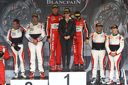 Podio Am: ganador#11 Kessel Racing Ferrari 488 GT3: Michal Broniszewski, Giacomo Piccini, segundo lu
