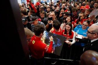 Charles Leclerc, Ferrari, firma una tela per un tifoso davanti al palco dell'Autosport