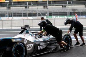 I meccanici spingono Nyck De Vries, Mercedes Benz EQ, EQ Silver Arrow 01 dentro al garage
