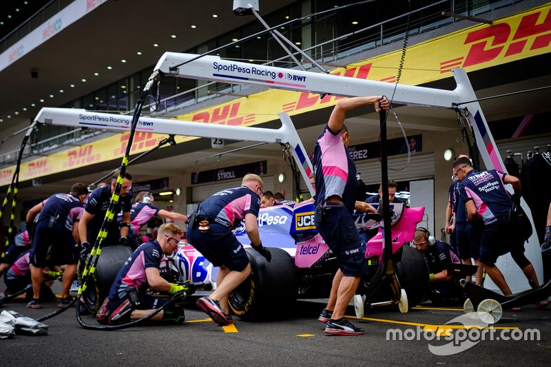 Команда Racing Point F1 Team отрабатывает процедуру пит-стопа
