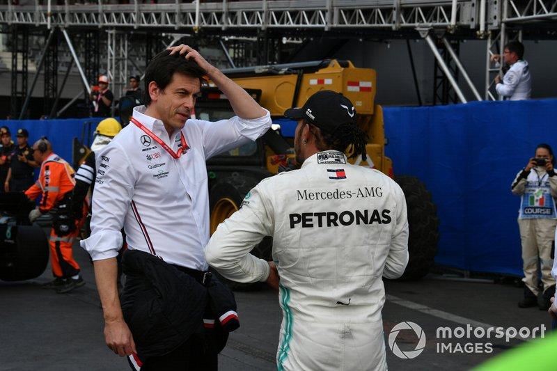 Toto Wolff, Executive Director (Business), Mercedes AMG, con Lewis Hamilton, Mercedes AMG F1, primo classificato, dopo la gara