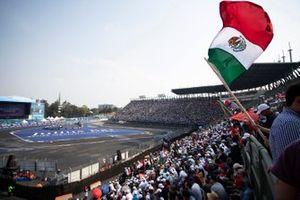 Un fan agite le drapeau mexicain dans la tribune
