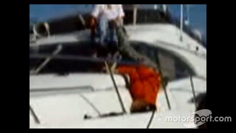 Também conhecido pela fama de beberrão, Raikkonen protagonizou uma cena 'lamentável' quando, completamente embriagado, caiu de cabeça pra baixo num barco.