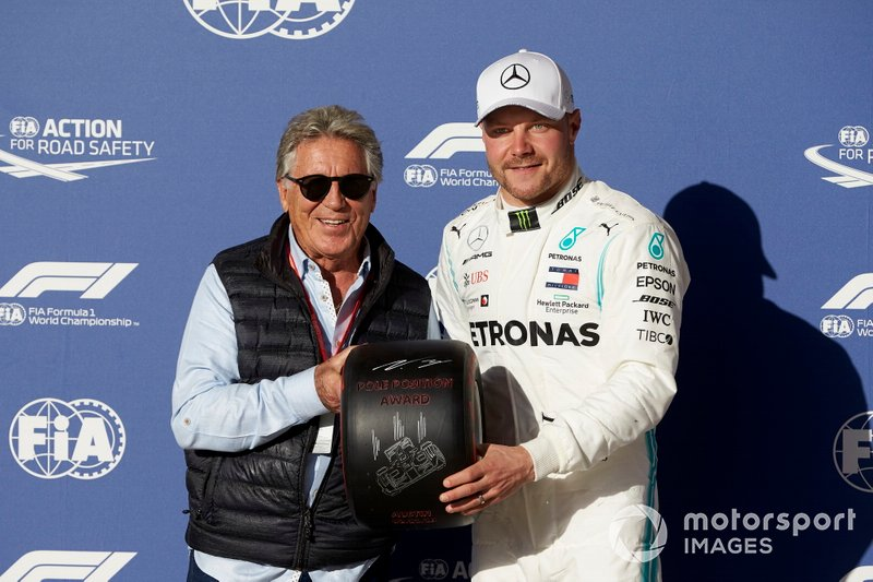 Valtteri Bottas, Mercedes AMG F1, riceve il Pirelli Pole Position Award dal pilota Mario Andretti